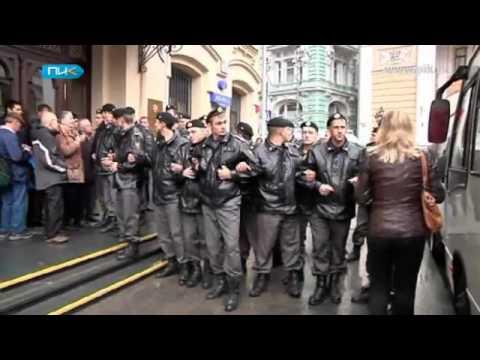 В Москву стягиваются колонны с военными