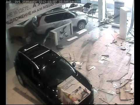 Бизнес по-русски достал: Мужчина на внедорожнике устроил погром в автосалоне