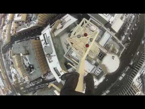 Альпинист залез без страховки на высотку на Котельнической набережной