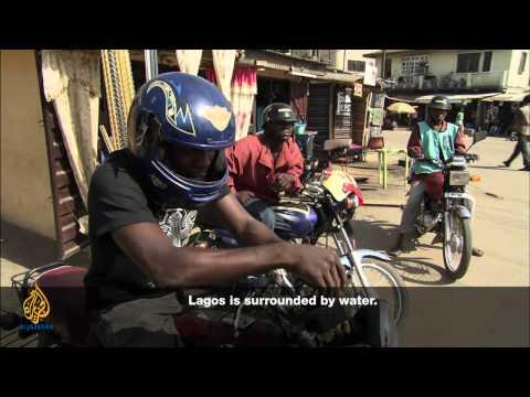 Нигерия: Беспорядки после падения самолета на жилой квартал / Прямой эфир Channels TV