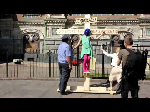 Зверски избили за лозунг «Россия без Путина» / Распятая демократия