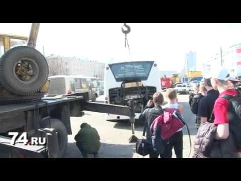 Челябинск: Троллейбус с пассажирами чуть не ушел под землю
