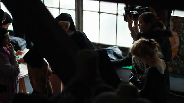 Полуголые монахини из Femen избиты в Париже