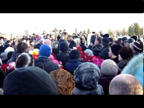 Татарстан: Тысячи людей пришли попрощаться с убитой девочкой Василисой Галицыной