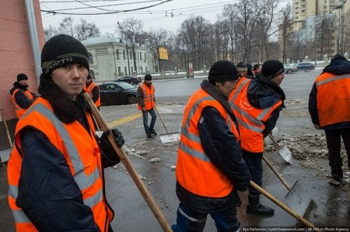 Мэр Собянин беседует с подставными дворниками
