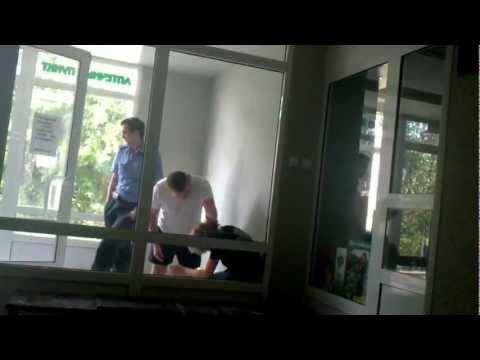 Новоуральск: Полицай избивает подростка в больнице
