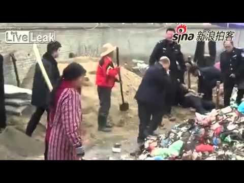 Китай: Человек убил полицейского ударом мотыги