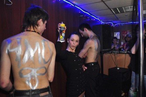 Nude Russian: Голые вечеринки в Омском кафе на вокзале