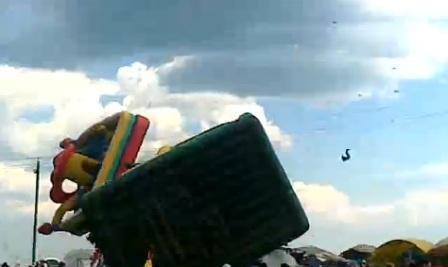 Сабантуй: Сильный ветер унес детей на батуте