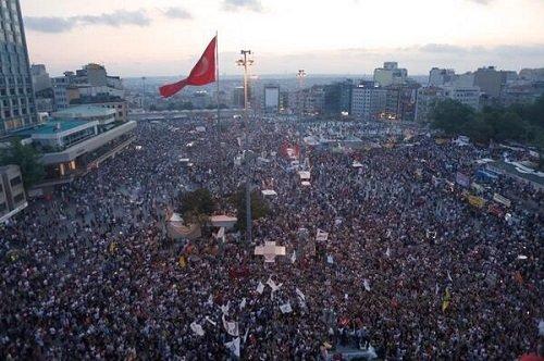 Турция Стамбул Площадь Таксим 9 июня 2013 года Митинг Прямой эфир / Трансляция