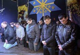 Беркут на коленях просит прощения у жителей Львова