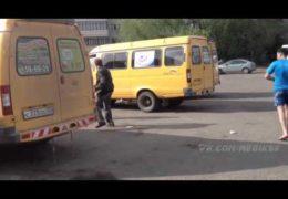 Омск: Пьяный ублюдок выломал дверь у маршрутки