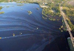 Нефтеюганск затопили нефтью: Сечин поделился золотом путина с народом