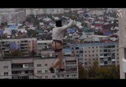 Барнаул: Переход между 16-ти этажными зданиями по натянутой стропе