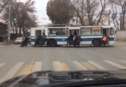Самара 21 век: Пассажиры толкают обесточенный троллейбус