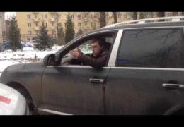 Дураки на дороге: Очередной мудак перекрыл проезд скорой помощи в Петербурге